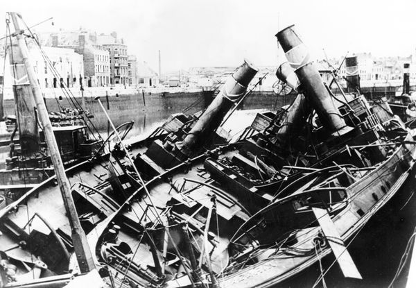 Des bateaux détruits dans les bassins du port de Dunkerque après les bombardements et les combats de mai/juin 1940.