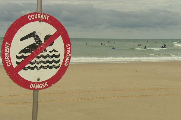 Sur cette plage de Lacanau, un panneau prévient les baigneurs de la présence des courants de sortie de baïnes.
