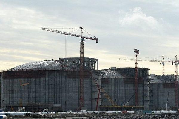 En construction depuis 2011, ce terminal de gaz naturel liquéfié (GNL) de Dunkerque est le deuxième plus important chantier industriel en cours en France, derrière celui du réacteur nucléaire EPR de Flamanville.