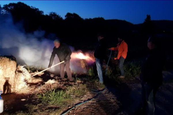 Les viticulteurs brûlent de la paille au milieu de la nuit. La fumée protège la vigne de premiers rayons du soleil.