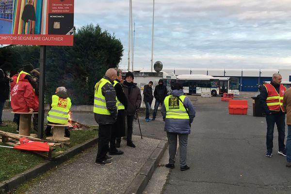 Les grévistes ont bloqué  tôt ce jeudi 9 janvier le dépôt de bus TBM de l'agglomération bordelaise.