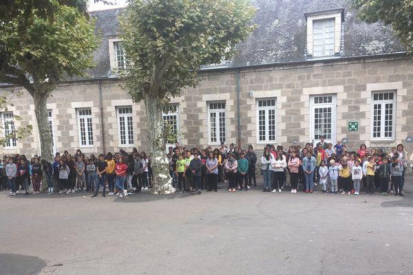 Les écoliers et collégiens de l'ensemble scolaire La Salle de Brive silencieux en hommage à Jacques Chirac