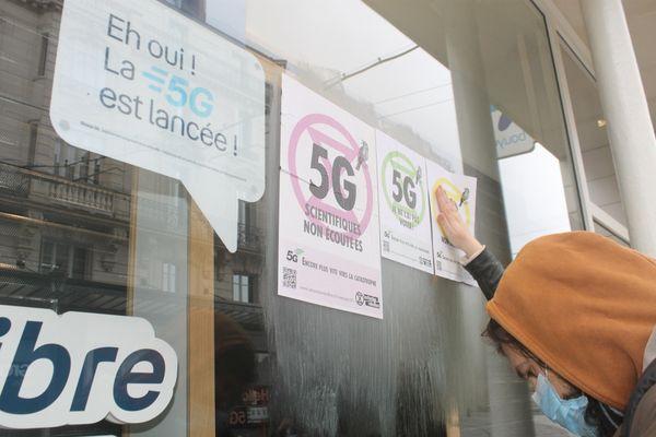 Une dizaine de militants d'XR Orléans ont réalisé une action de collage d'affiches dans le centre ville d'Orléans ce dimanche 14 mars.