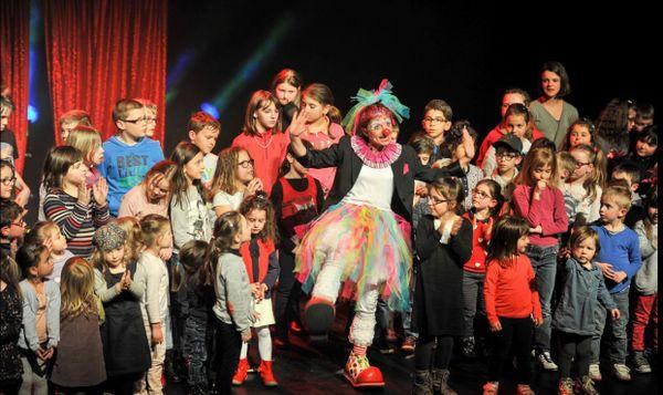 je suis obligé d'avoir des enfants autour de moi dans mes histoires sur scène