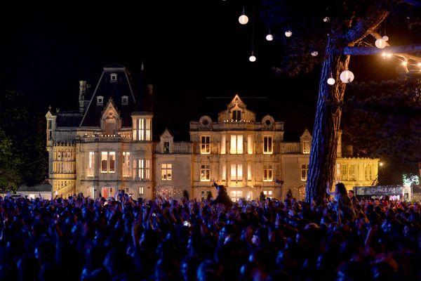 Pendant le festival, près de 30 000 personnes se massent chaque soir dans le parc du château de Beauregard...