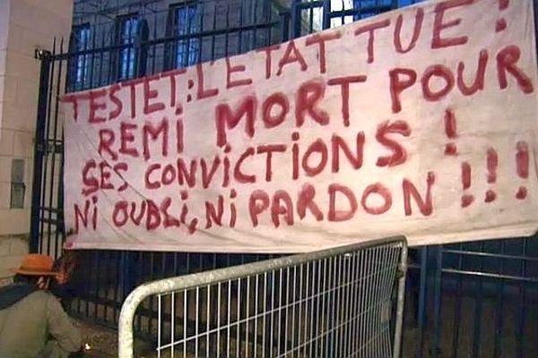 Banderole de soutien à Rémi Fraisse à Rouen le lundi 27 octobre devant la préfecture