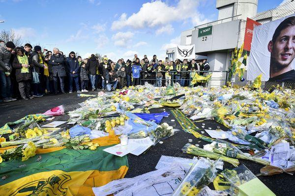 Emiliano Sala a trouvé la mort lors d'un accident d'avion survenu le 21 janvier 2019 (ci-dessus l'hommage des supporters devant la Beaujoire, le 10 février 2019 avant Nantes-Nîmes).