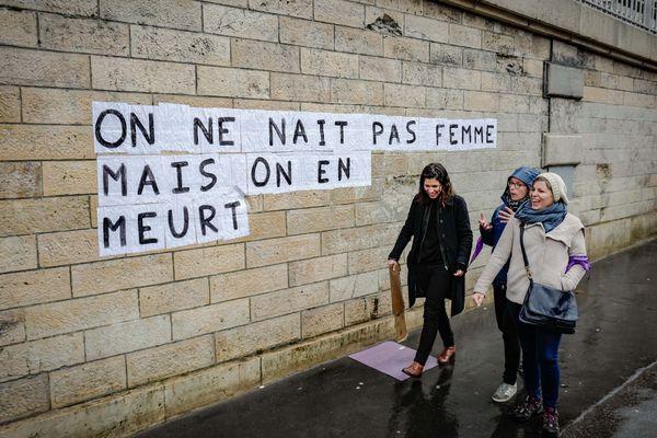 Un collage contre les féminicides à Paris. Photo d'illustration