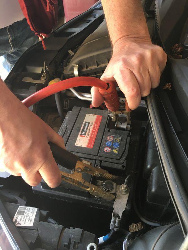 La batterie, un élément qui nécessite de la surveillance pour pouvoir rester opérationnelle. Le redémarrage avec des pinces.