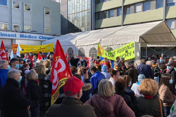 Lundi 1er mars, environ 250 manifestants se sont rassemblés devant le centre hospitalier de Vichy, dans l'Allier.