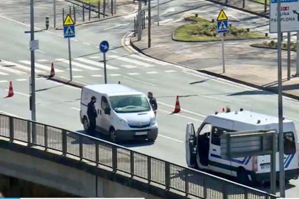 Contrôle de la police aux frontières française au Pays basque pour refouler des migrants clandestins