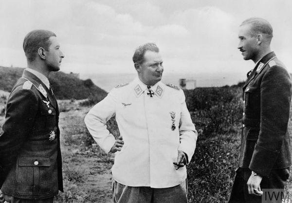 Hermann Göring (au centre), sur les côtes de la Manche en compagnie des as de l'aviation allemande, Werner Mölders (à gauche) et Adolf Galland (à droite).
