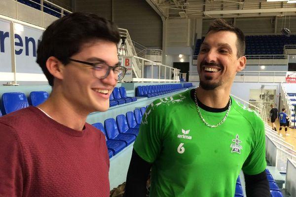 Un moment de complicité entre l'étudiant et le capitaine du Rennes Volley 35