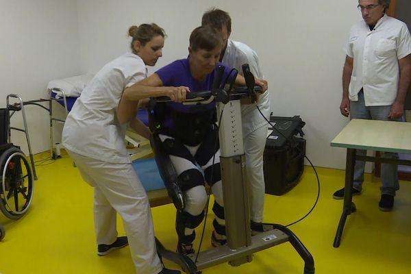 Elly Wolters, patiente de l'hôpital équipée d'un exosquelette.