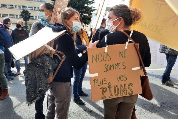 Les AED bretonnes manifestaient ce jeudi 25 mars à Rennes pour demander une meilleure reconnaissance de leur métier.