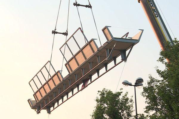 La passerelle de 38 tonnes dans les airs