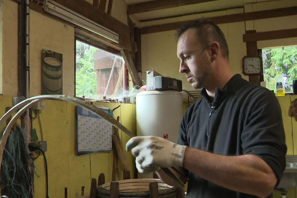 Dans son atelier, Yannick Gangletas travaille le châtaignier, il craint de manquer de matière première à l'avenir.