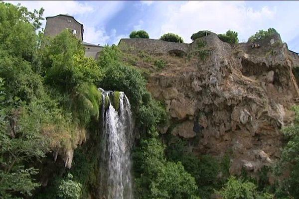 Le débit de la cascade de Salles-la-Source se réduit, selon les opposants à la micro-centrale électrique.