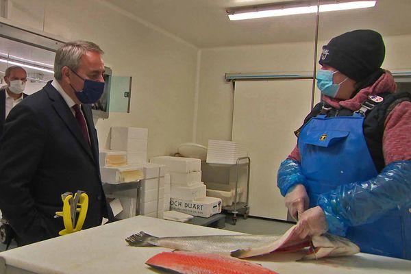 Xavier Bertrand chez un grossiste en poissonnerie au marché d'intérêt national de Rouen