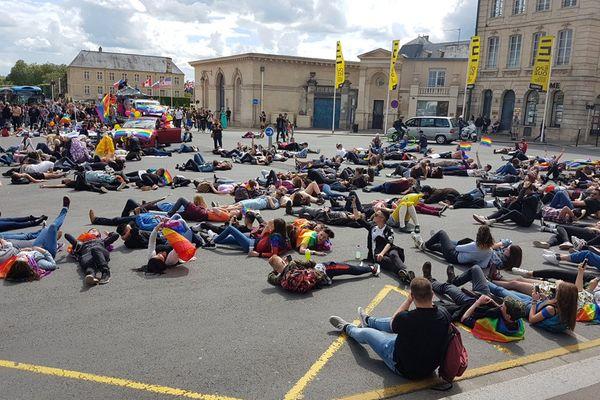 """Un """"Die-In"""" sur la place Fontette à Caen pour symboliser les morts LGBT"""