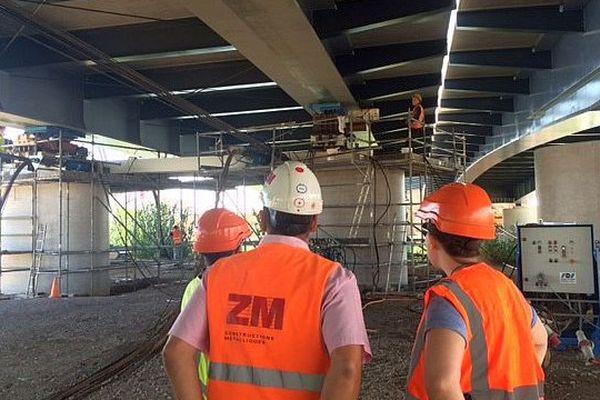 Montpellier - les travaux du pont de l'autoroute A.9 qui enjambe le Lez . C'est l'ouvrage d'art le plus important du chantier avec 134 mètres de long pour 1.700 tonnes - septembre 2015.