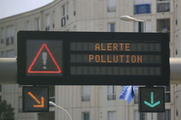 Quand un pic de pollution à l'ozone est signalé, il faut éviter de sortir aux heures les plus chaudes et de faire des efforts intenses.