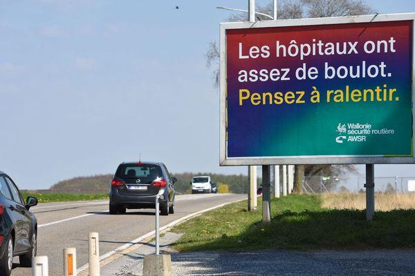 Confrontée aux mêmes problématiques de confinement et d'excès de vitesse, la Belgique a disposé des panneaux au bord de ses routes appelant les automobilistes à ne pas encombrer davantage les hôpitaux et à lever le pied.