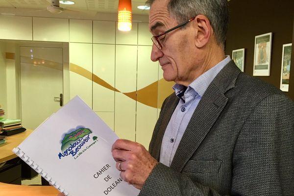 Le maire de Mignaloux-Beauvoir (86) consulte le cahier de doléances à disposition des habitants.