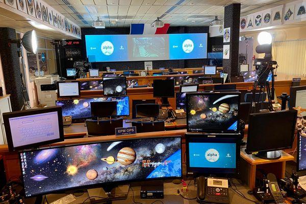 Cette salle du CADMOS à Toulouse envoie les informations à bord de la station spatiale et reçoit également les données provenant des expériences menées par les astronautes