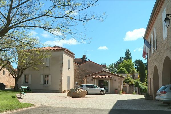 La mairie de Roques, le village aux 12 nationalités dans le Gers, est située place de l'Europe : tout un symbole.