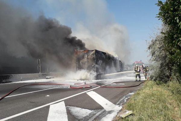 L'évacuation du camion devrait prendre du temps, selon les secours, car il doit être dégagé à l'aide une grue.