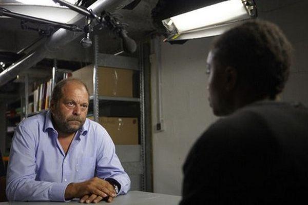 """Eric Dupond-Moretti sur le tournage de """"Nos violences""""."""