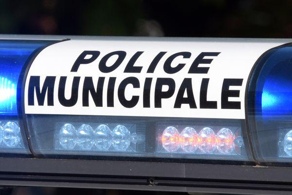 """Une enquête a été ouverte à la suite de la plainte pour """"blessures involontaires"""" déposée par un jeune homme renversé par une voiture de la police municipale le 29 novembre à Asnières (Hauts-de-Seine)"""