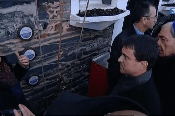 Manuel Valls constate les niveaux des crues historiques à Guipry (56)