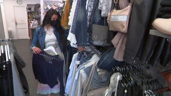Adeline Perrée dans sa boutique de vêtements L'Elégance de Beuzeville (Eure) en train de préparer de la vente en ligne
