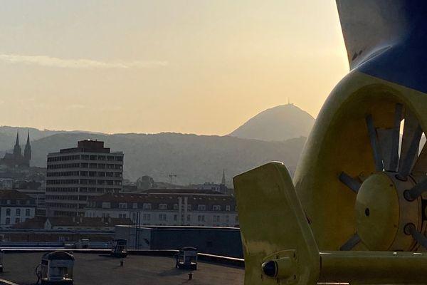 L'hélicoptère du SMUR 21 s'est posé à Clermont-Ferrand (en arrière-plan, le Puy de Dôme) ce lundi 30 mars
