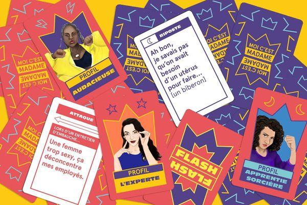 """Sur les cartes """"riposte"""", sont inscrites les punchlines issues d'anecdotes réelles racontées par les auditrices du podcast YESSS pour répondre à une """"attaque"""" sexiste."""