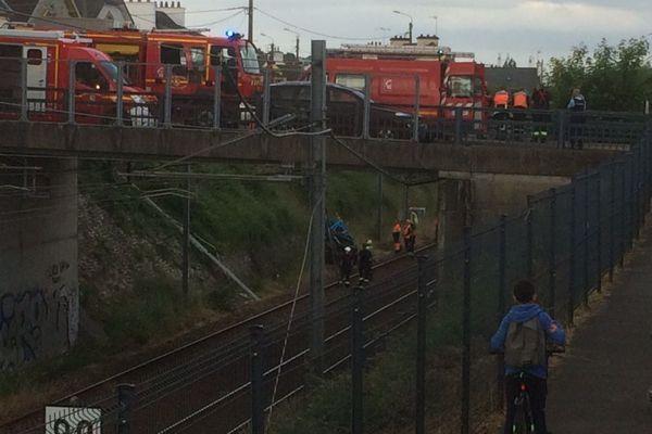 La voiture (au milieu de la photo) a fait une chute de 10 m sur la voie SNCF