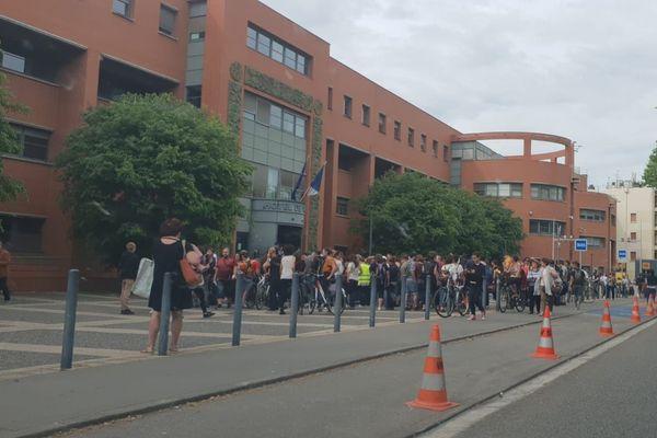 Des enseignants rassemblés devant le commissariat de Toulouse pour soutenir des collègues interpellés lors d'une manifestation contre la loi Blanquer