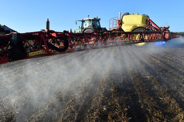 Illustration épandage pesticide