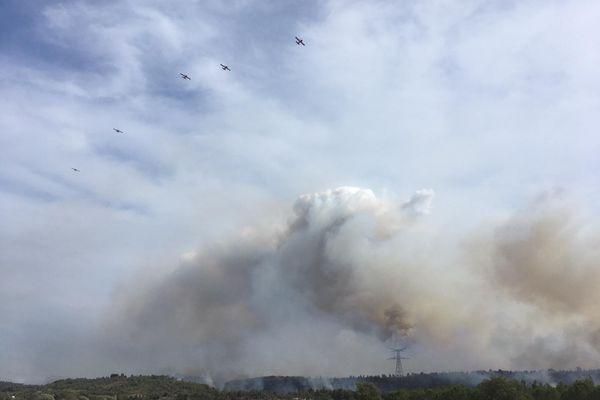 Le feu s'est déclaré ce samedi 24 juillet aux alentours de 13 heures, sur la commune de Moux.