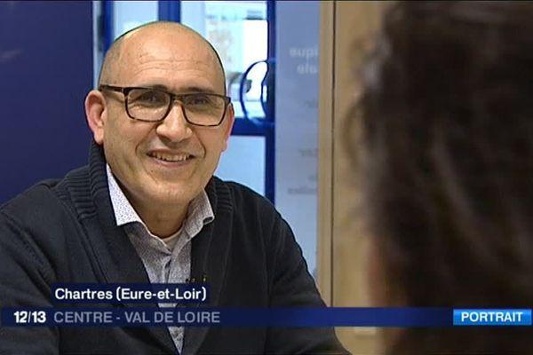 """Educateur et professeur de mathématiques à Dreux en Eure-et-Loir, Mohamed Bougafer vient publier un livre sur le radicalisme religieux.  Une séance de dédicaces de """"Unis""""  a lieu le 15 avril 2017 à la librairie de la Rose des vents - Dreux"""