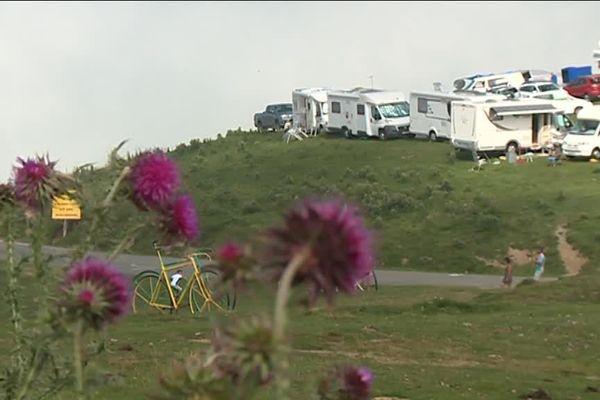 Au col d'Aubisque, les camping-cars fleurissent déjà au bord des routes.