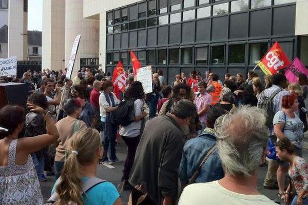 Manifestation des éducateurs de rue devant le conseil général du Loiret - Une centaine de personnes s'est déplacée.