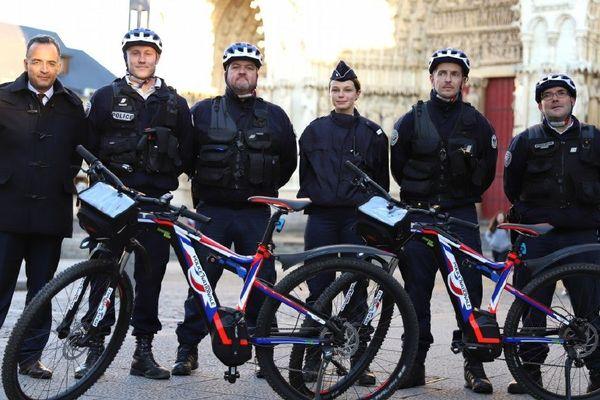 Les policiers patrouilleront par équipe de quatre sur ces e-VTT à la technologie innovante « sérigraphiés » aux couleurs de la police nationale.