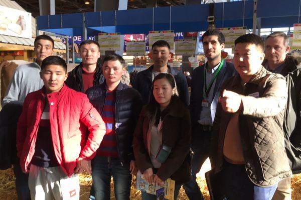 La délégation mongole, présente sur le Salon de l'Agriculture de Paris pour observer les Montbléiardes.