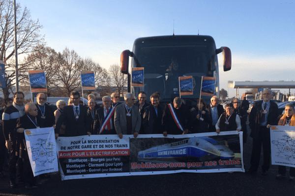 """Le 1er février 2017, l'Association """"De l'Ombre à la Lumière"""" monte à Paris pour défendre le train Montluçon-Paris."""