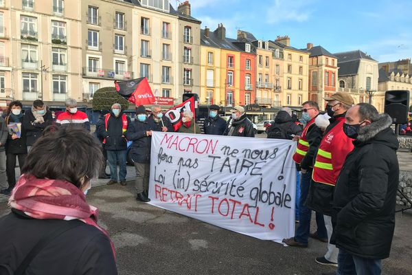 """Dieppe - 11h 15 le 5 décembre 2020. Manifestation contre la """"loi sécurité globale"""""""