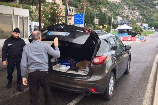 Des fouilles systématiques des véhicules sont effectuéesà la frontière franco-italienne depuis ce mercredi.