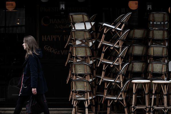 Une terrasse de café fermée au premier jour de confinement, le 16 mars 2020